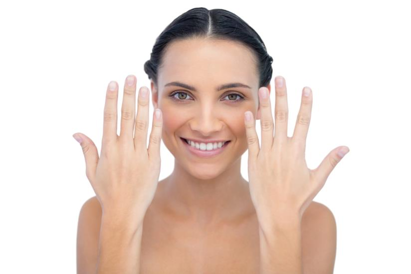 Ragazza sorridente con mani curate