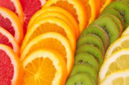 Frutti come arance e kiwi sono ricchi di vitamina C