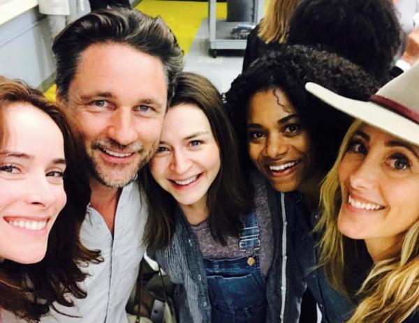 Parte del cast della quattordicesima stagione di Grey's Anatomy 14 in un momento di pausa