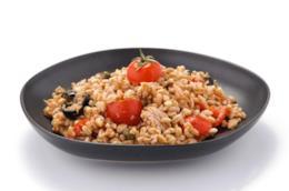Piatto con farro, olive nere, tonno, peperoni, capperi e pomodorini