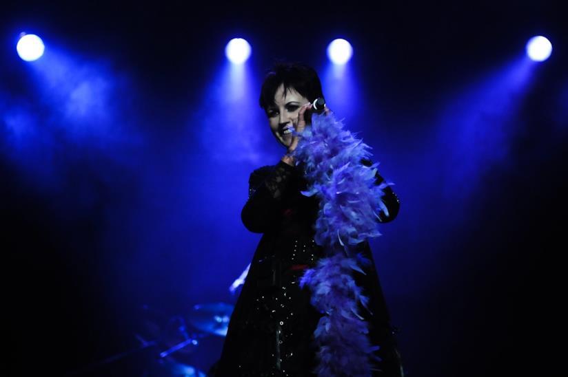 Dolores O'Riordan - in un'esibizione canora