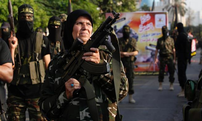 Una donna, appartenente allo Stato Islamico, impugna un'arma