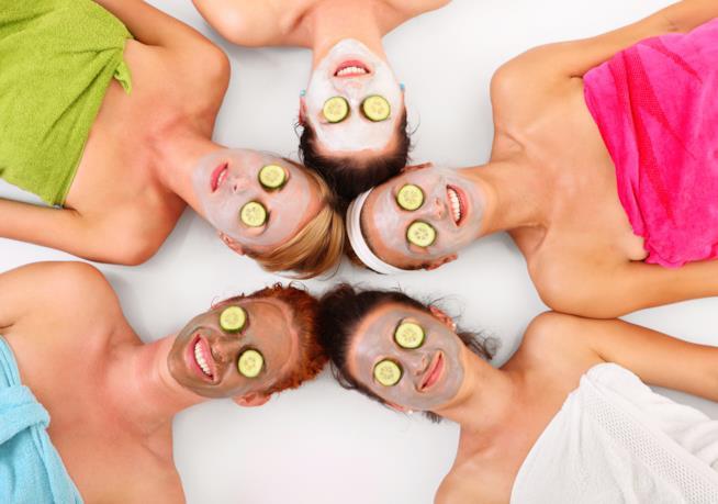 Cinque donne con la maschera di bellezza sul viso