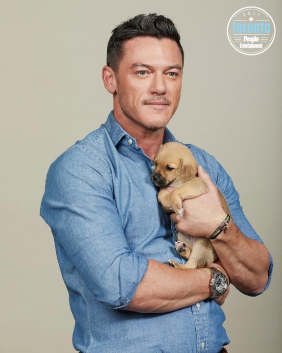 Luke Evans tiene in braccio un cucciolo