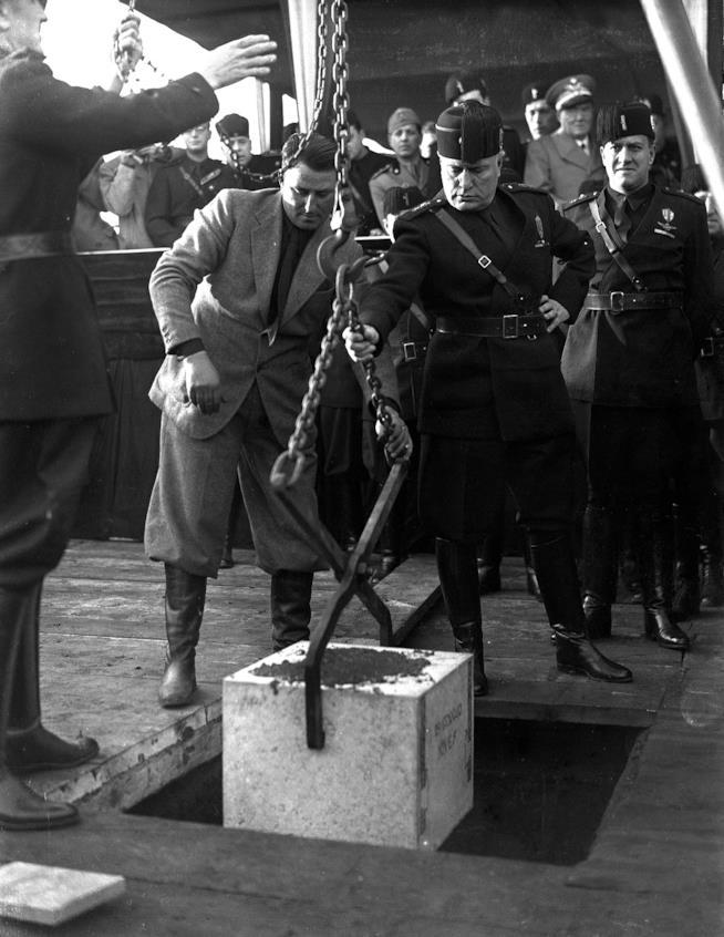 Benito Mussolini e la posa della prima pietra