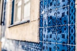 Muro esterno rivestito in azulejos blu e azzurre