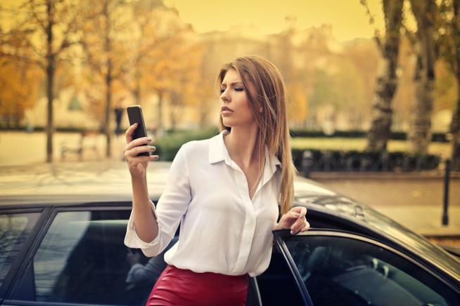 Donna manda messaggio fuori dall'auto