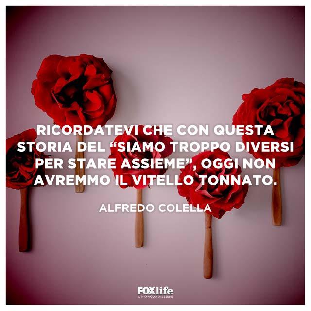 Rose rosse su cucchiai di legno