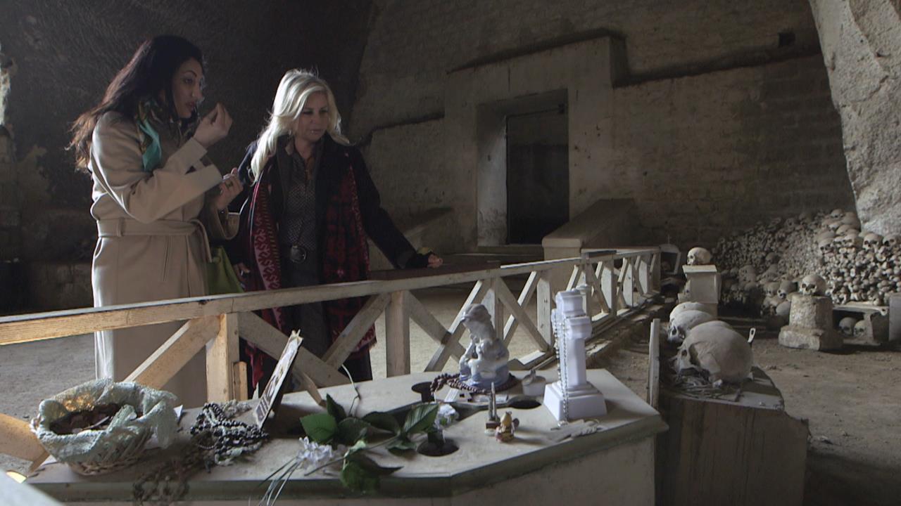 Francesca mostra i bozzetti a Gabrielle. Annalaura sorprende il compagno con un regalo. Alessandra organizza una serata.