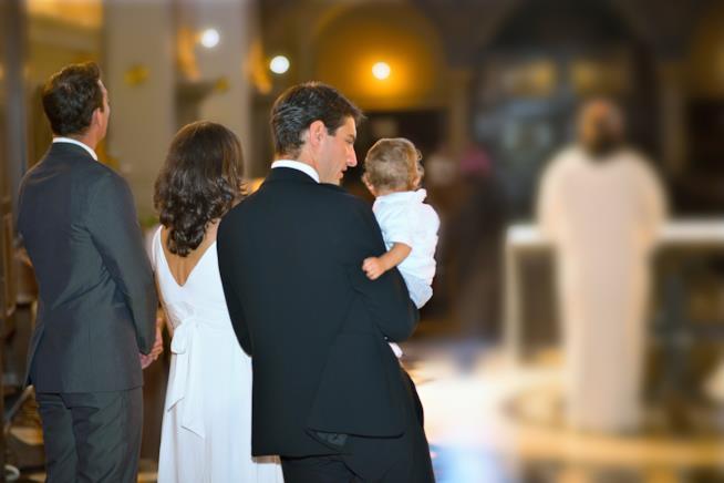 Famiglia in attesa di un battesimo