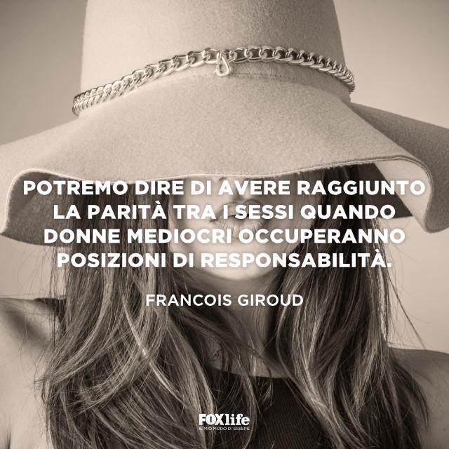 Primo piano di una donna con il cappello