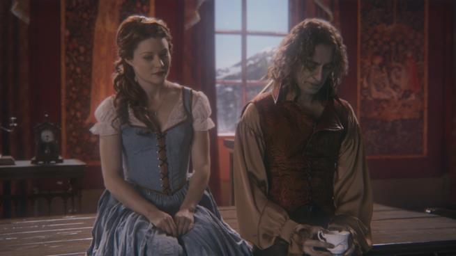 Belle seduta accanto a Tremotino il quale regge la tazza sbeccata