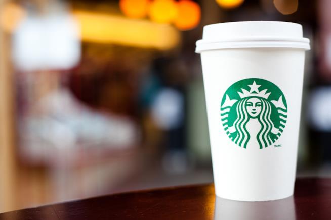 Il celebre bicchiere con il logo Starbucks