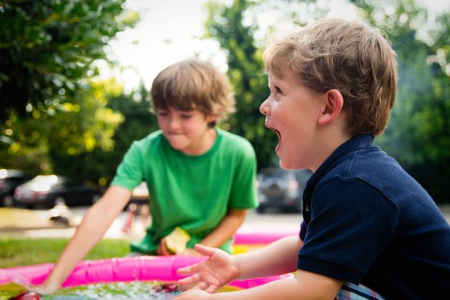 Due bambini in una piscina fuori terra