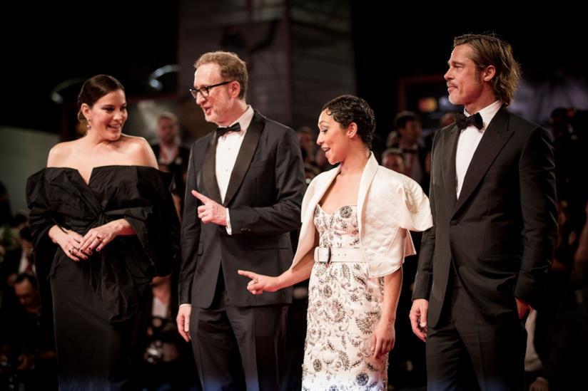 I quattro protagonisti di Ad Astra, in piedi, tre dei quali in abito nero