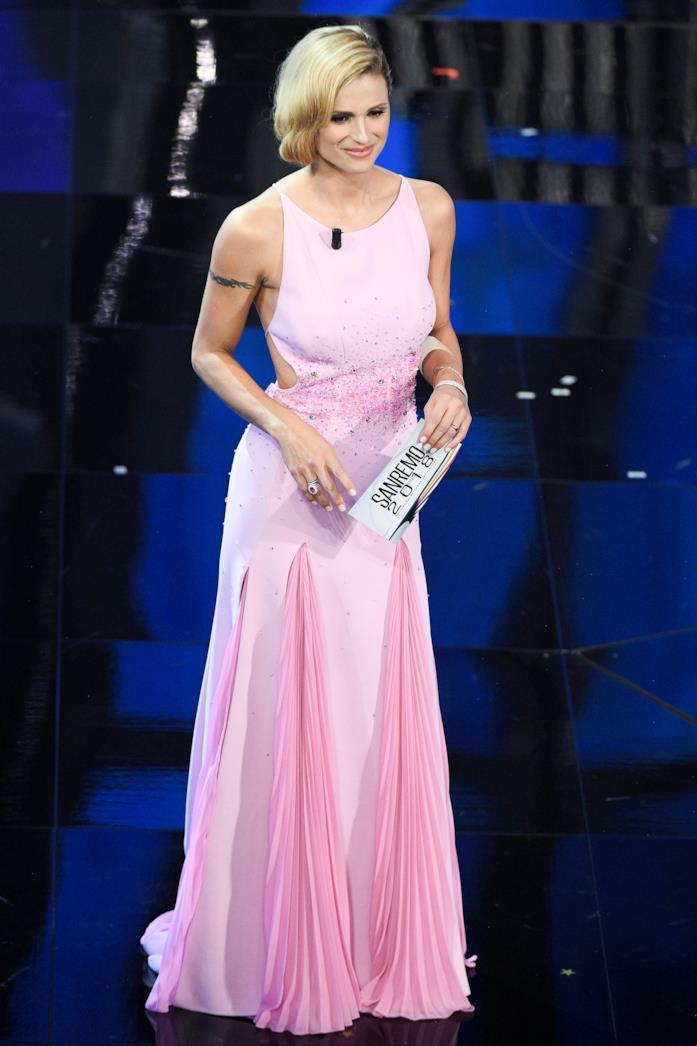 Michelle Hunziker, in un abito rosa firmato Trussardi