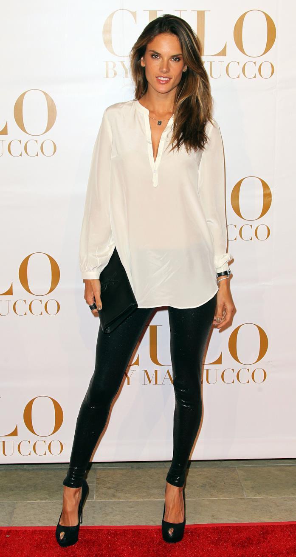La top model con blusa bianca, pantaloni in vinile e tacchi a spillo