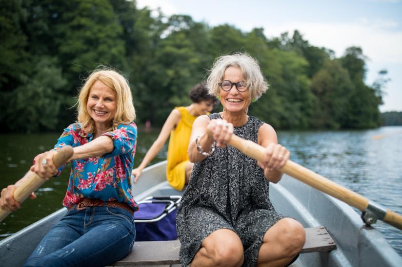 Delle donne su una barca a remi