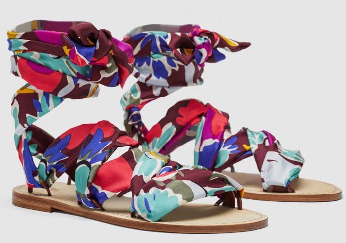 Con la stampa foulard i sandali di tendenza per l'estate 2018