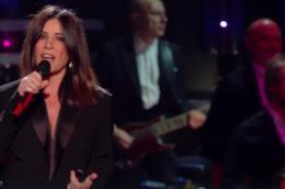 Paola Turci accorcia la jumpsuit Dsquared2 alla finale di Sanremo