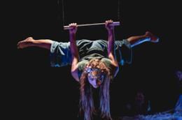 Un artista circense dell'organizzazione Circus Kathmandu