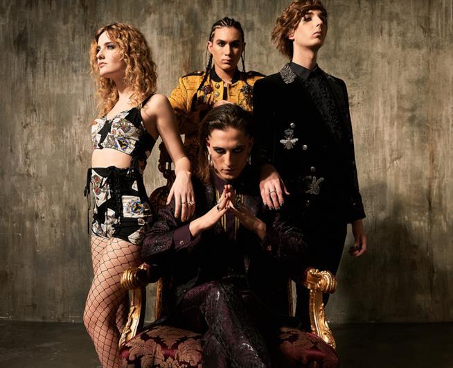 Damiano seduto sul trono, circondato da Victoria, con le calze a rete, Thomas ed Ethan