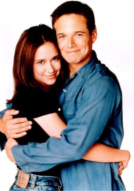 Jennifer Love Hewitt e Scott Wolf in un'immagine da Cinque in Famiglia