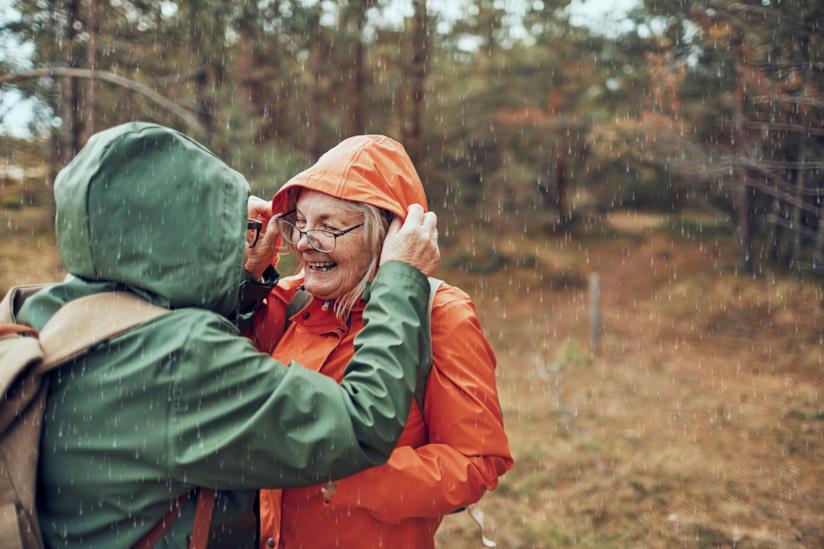 Delle donne mature ridono sotto la pioggia