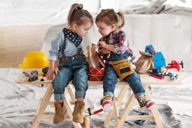 Due bambine impegnate con il fai da te
