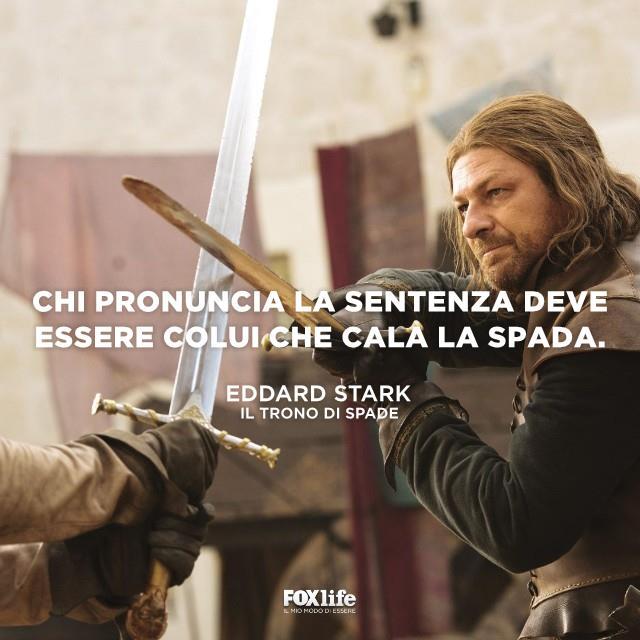 Eddard Stark mentre duella con la spada