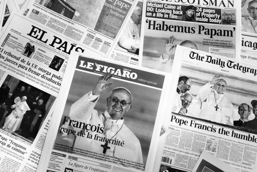 Pagine di quotidiani con Papa Francesco