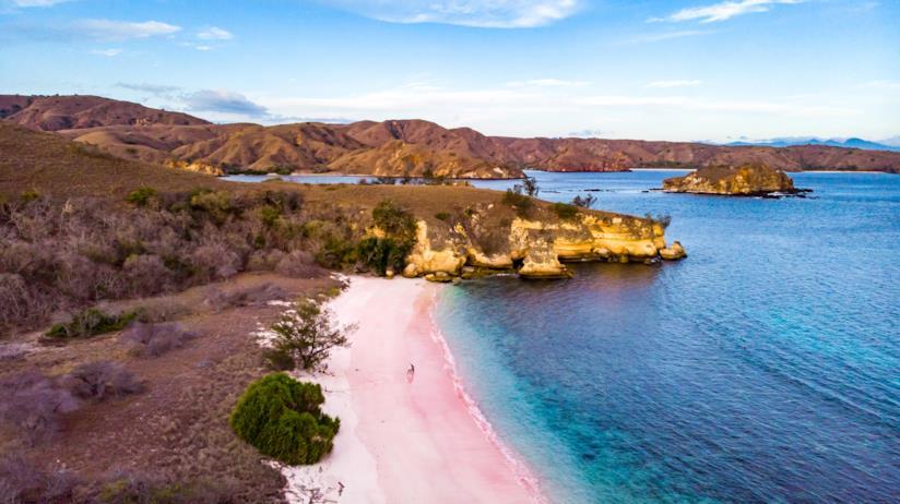I frammenti di corallo rendono la spiaggia indonesiana di Tangsi di colore rosa