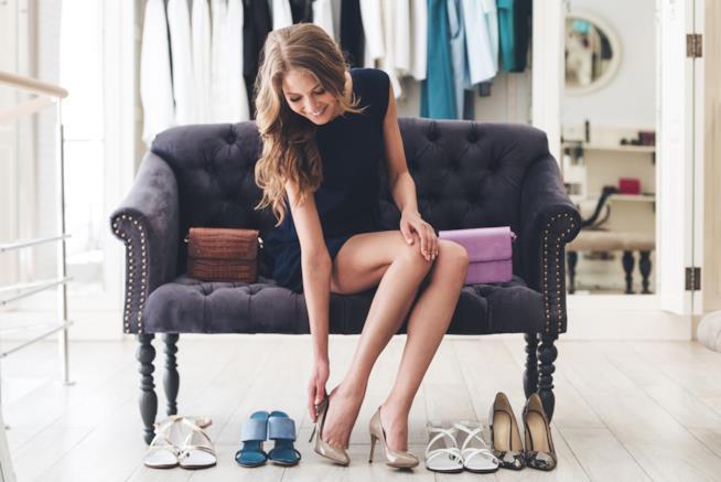 donna che prova un paio di scarpe con i tacchi