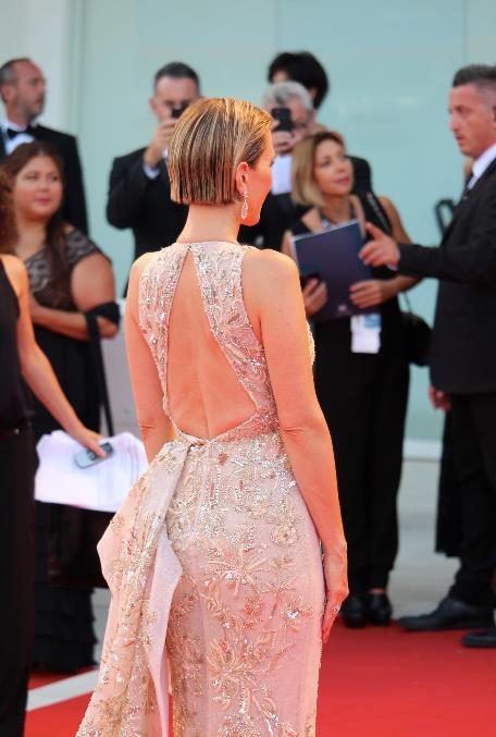 Kristen Wiig a schiena nuda sul red carpet di Venezia 74.