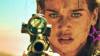 Matilda Lutz imbraccia un'arma in Revenge