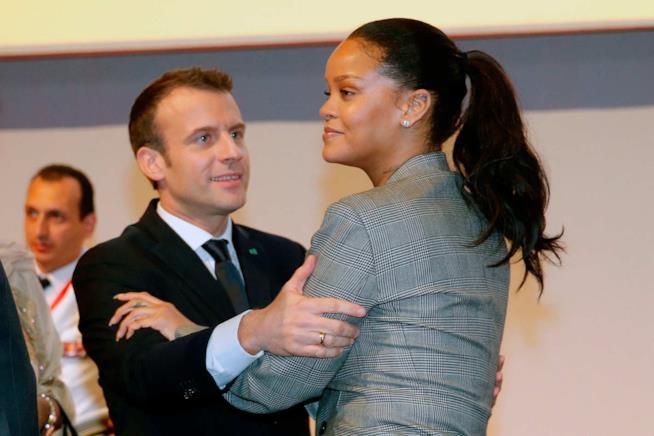 La cantante con il presidente Macron a Dakar