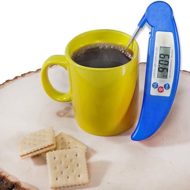 Termometro immerso in una tazza di tè caldo