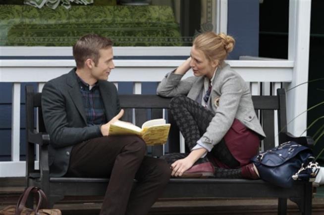 Ben e Serena su una panchina a leggere