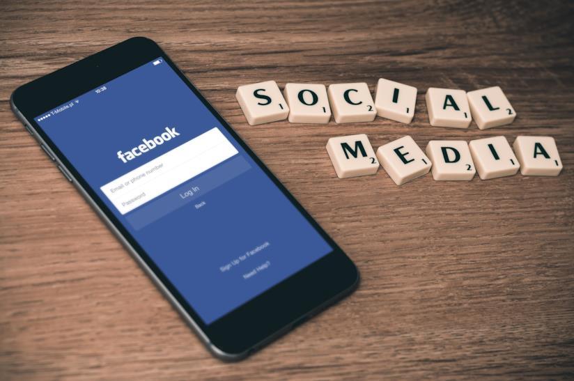 Smartphone con icona facebook