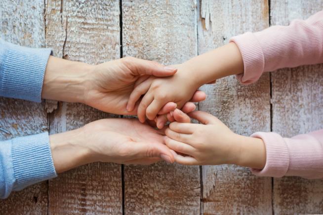 Mani unite di madre e figlia