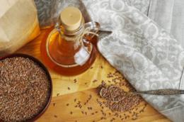 Oliera con olio di lino e semi di lino