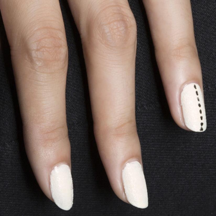 Unghie bianche con nail art semplice