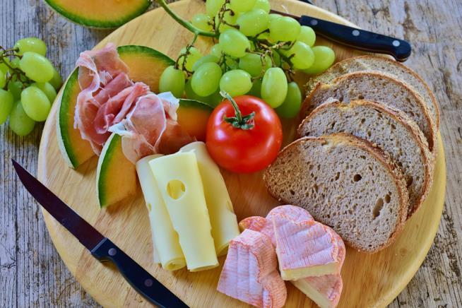 Tagliere di formaggi con uva