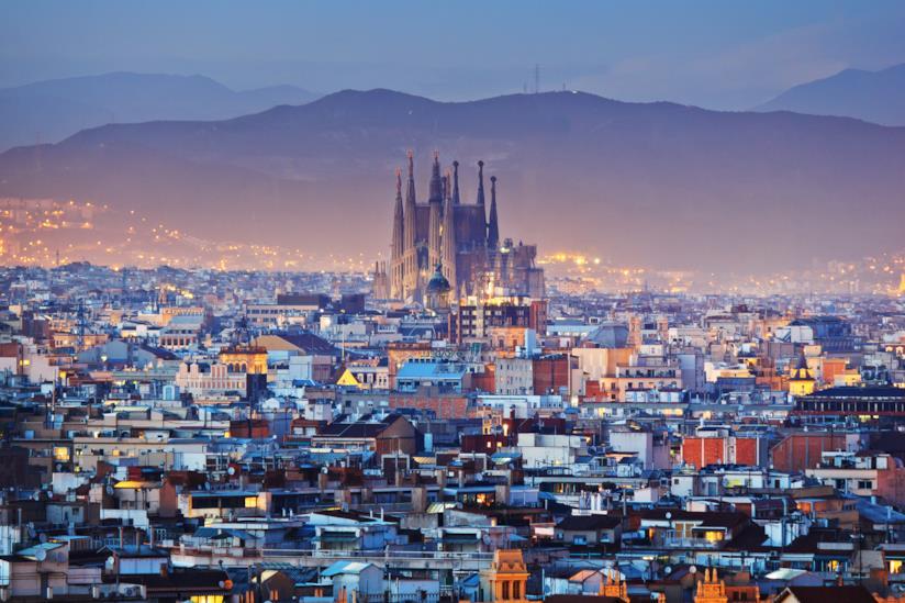 La Sagrada Familia si erge nel panorama barcellonese