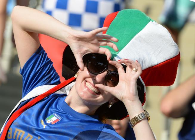 tifosa di calcio donna italiana allo stadio
