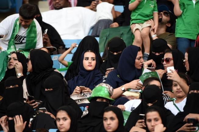 Un gruppo di donne sugli spalti in Arabia Saudita