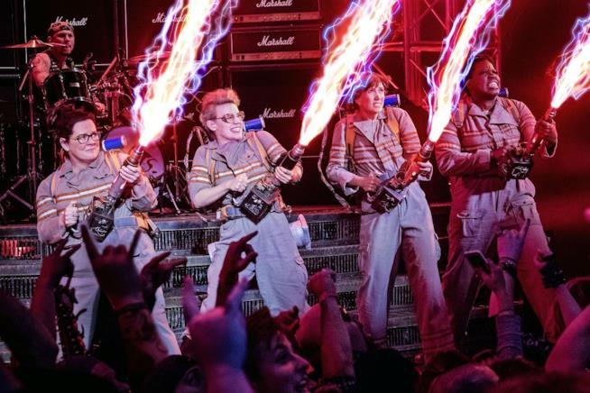 Le protagoniste di Ghostbusters 2016 combattono con i fucili fotonici