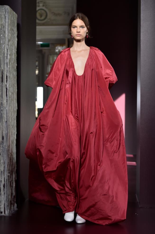 Sfliata di Valentino con abito rosso Valentino