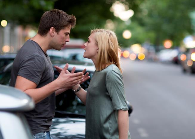 Una coppia discute per strada
