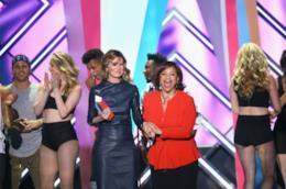 Ellen Pompeo e Debbie Allen sul palco dei Tv Land Iconic Awards durante la consegna del premio